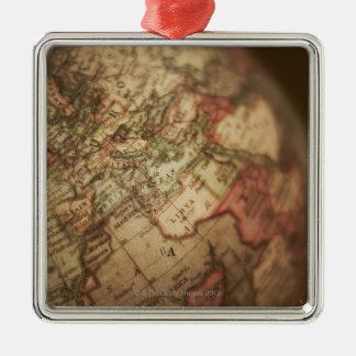 Plan rapproché du globe antique 3 ornement carré argenté