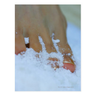 Plan rapproché du pied d'une femme en sel carte postale