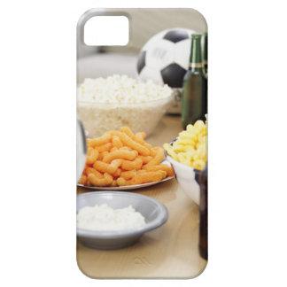plan rapproché d'un à télécommande avec des boutei étuis iPhone 5