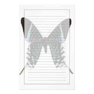 Plan rapproché d'un papillon papier à lettre customisable