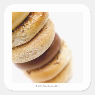 Plan rapproché d'une pile de bagels assortis sticker carré