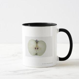 Plan rapproché d'une pomme coupée en tranches de mug