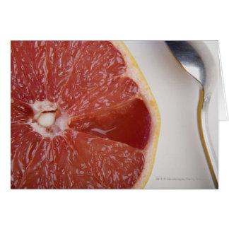 Plan rapproché d'une tranche d'orange et d'une carte de vœux