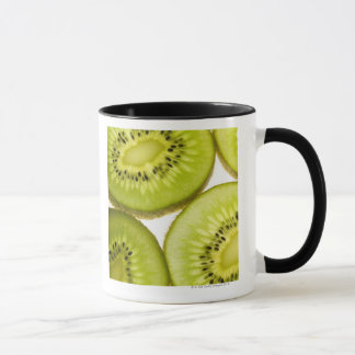 Plan rapproché extrême de quatre morceaux de kiwi mug