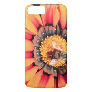 Plan rapproché extrême d'une abeille rassemblant coque iPhone 7 plus
