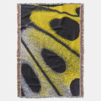 Plan rapproché tropical jaune de papillon couvre pied de lit