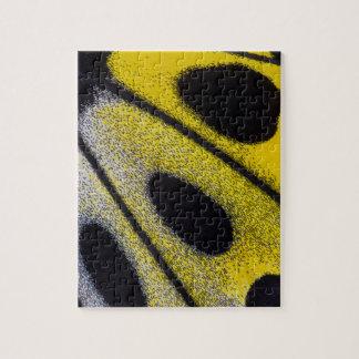 Plan rapproché tropical jaune de papillon puzzle