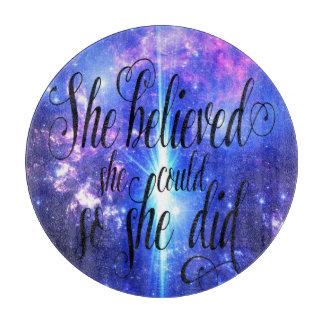 Planche À Découper Elle a cru en cieux iridescents