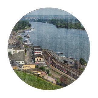 Planche À Découper Train des personnes dans la maison crue au Rhin