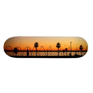 Planche à roulettes de coucher du soleil de plage planches à roulettes customisées