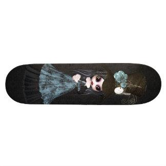 Planche à roulettes mignonne de noir de fille de plateau de planche à roulettes