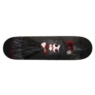 Planche à roulettes mignonne de noir de fille de plateaux de skateboards