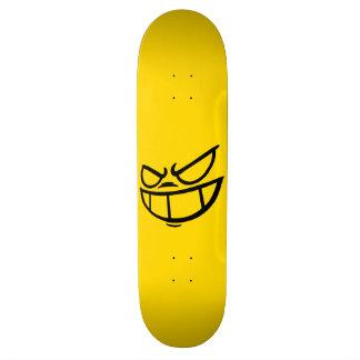 Planche à roulettes noire et jaune de marque planches à roulettes customisées