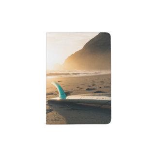 Planche de surf sur le support de passeport de protège-passeport