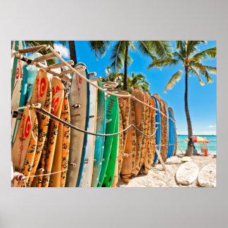 Planches de surf à la plage de Waikiki, Hawaï Poster