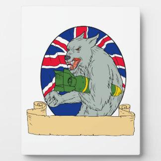 Plaque Photo Loup gris tenant le dessin d'Union Jack de bombe