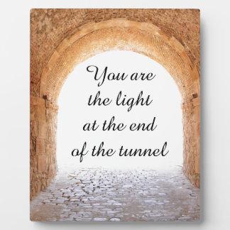 Plaque Photo Lumière à l'extrémité du tunnel