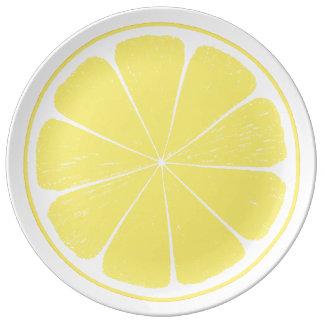 Plat de tranche jaune lumineux d'agrumes de citron assiette en porcelaine