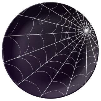 Plat décoratif - toile d'araignée sur la violette assiette en porcelaine