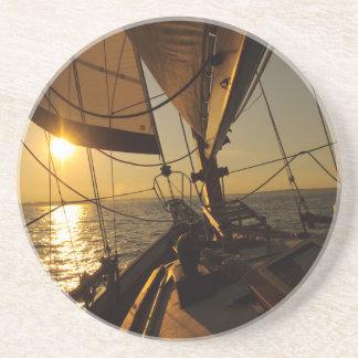 Plate-forme de voilier, se dirigeant dans le dessous de verre