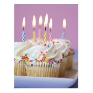 Plateau des petits gâteaux d'anniversaire avec des cartes postales
