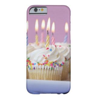 Plateau des petits gâteaux d'anniversaire avec des coque iPhone 6 barely there