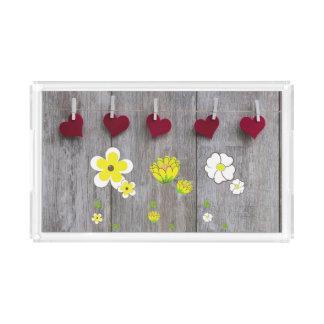 Plateau en bois rustique avec des fleurs