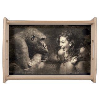 Plateau Femme faisant le gorille rire