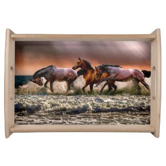Plateau Trois chevaux trottant dans l'océan