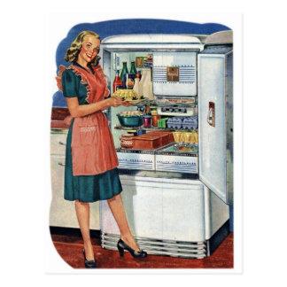 Plein réfrigérateur de rétro de femmes cuisine vin carte postale