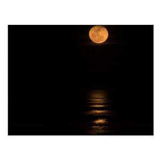 pleine lune d'or au-dessus d'océan cartes postales