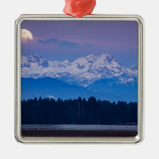 Pleine lune plaçant au-dessus des Alpes de Julian Ornement Carré Argenté