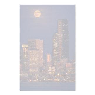 Pleine lune se levant au-dessus de l'horizon du ce motifs pour papier à lettre