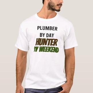 Plombier par le chasseur de jour par week-end t-shirt