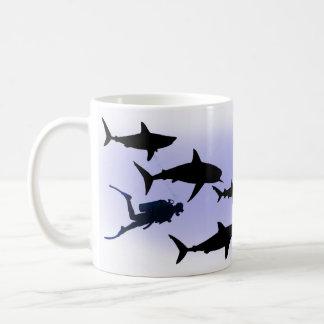 Plongeur autonome et requins tasses