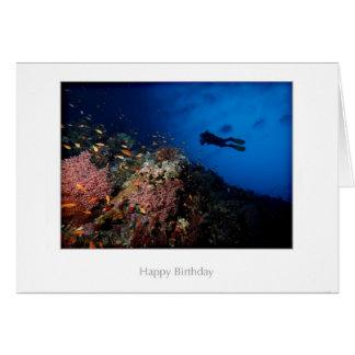 Plongeur sur une carte d'anniversaire de récif