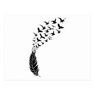 Plume noire avec des oiseaux de vol carte postale