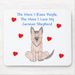 Plus je connais le chien de berger allemand de per tapis de souris