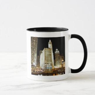 Point de repère célèbre de Chicago la nuit Mug
