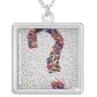 Point d'interrogation des pilules sur l'arrière - pendentif carré