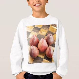 Poires rouges sur un échiquier en bois sweatshirt