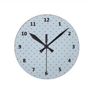 Pois bleu sur un bleu plus léger horloge ronde