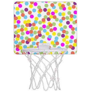 Pois coloré sur un arrière - plan blanc mini-panier de basket