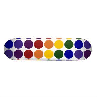Pois d'arc-en-ciel sur le blanc mini skateboard 18,4 cm