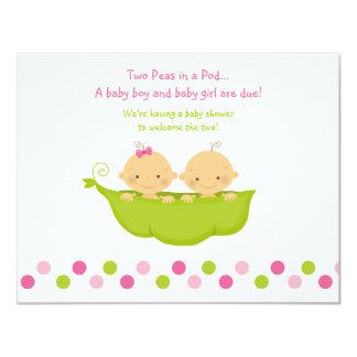 Pois de jumeaux de garçon et de fille dans une carton d'invitation 10,79 cm x 13,97 cm