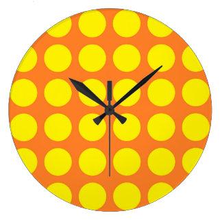 Pois jaune orange grande horloge ronde