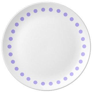 Pois lilas bleu sur le blanc assiette en porcelaine