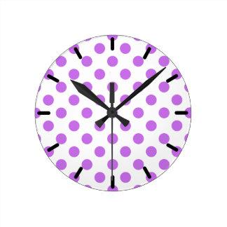 Pois lilas et blanc horloge ronde