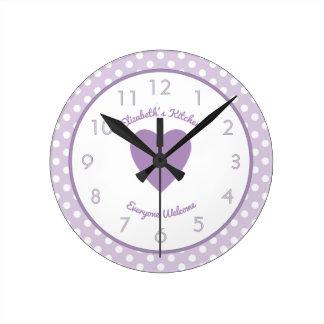 Pois lilas et blanc nommé personnalisé horloge ronde