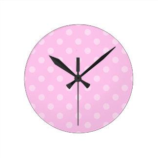 Pois - rose-clair sur le rose horloge ronde